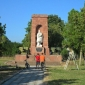 Пред паметника в Ярджиловци